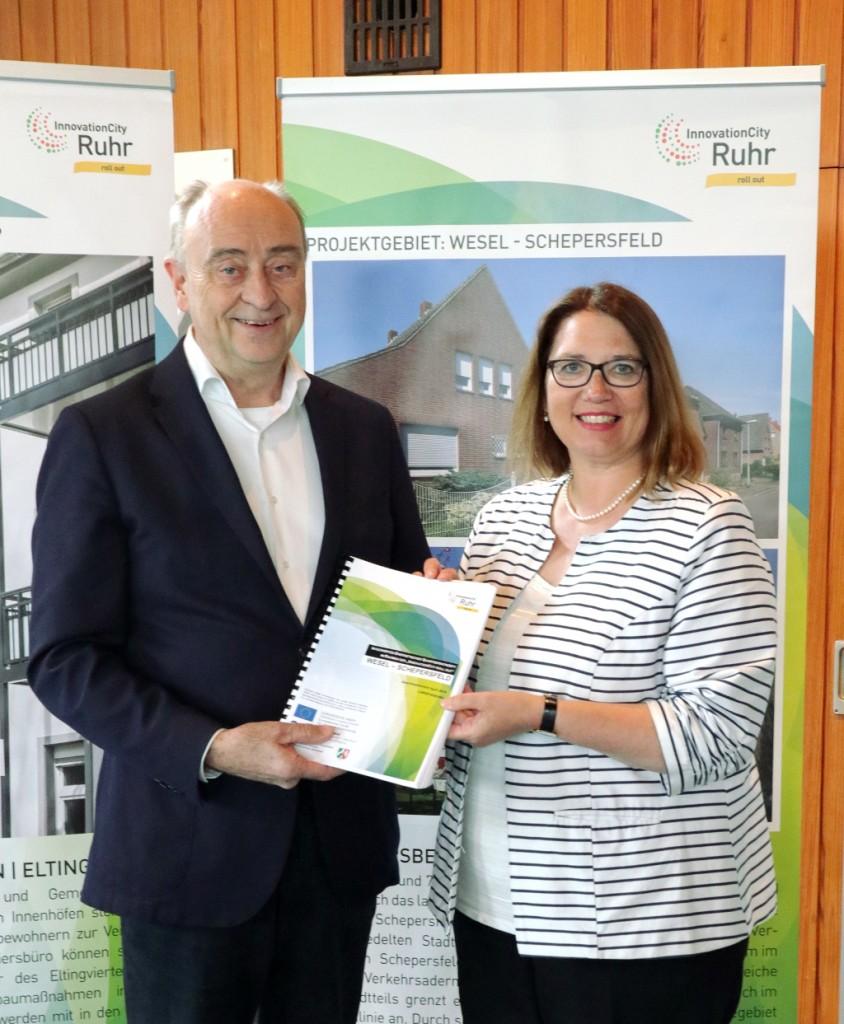 ICM Geschäftsführer Burkhard Drescher übergibt Bürgermeisterin Ulrike Westkamp das Quartierskonzept
