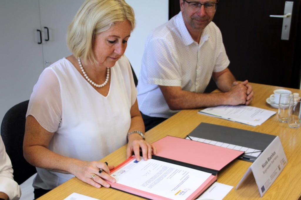 Unterzeichnung der Zielvereinbarung durch Bürgermeisterin Nicole Moenikes