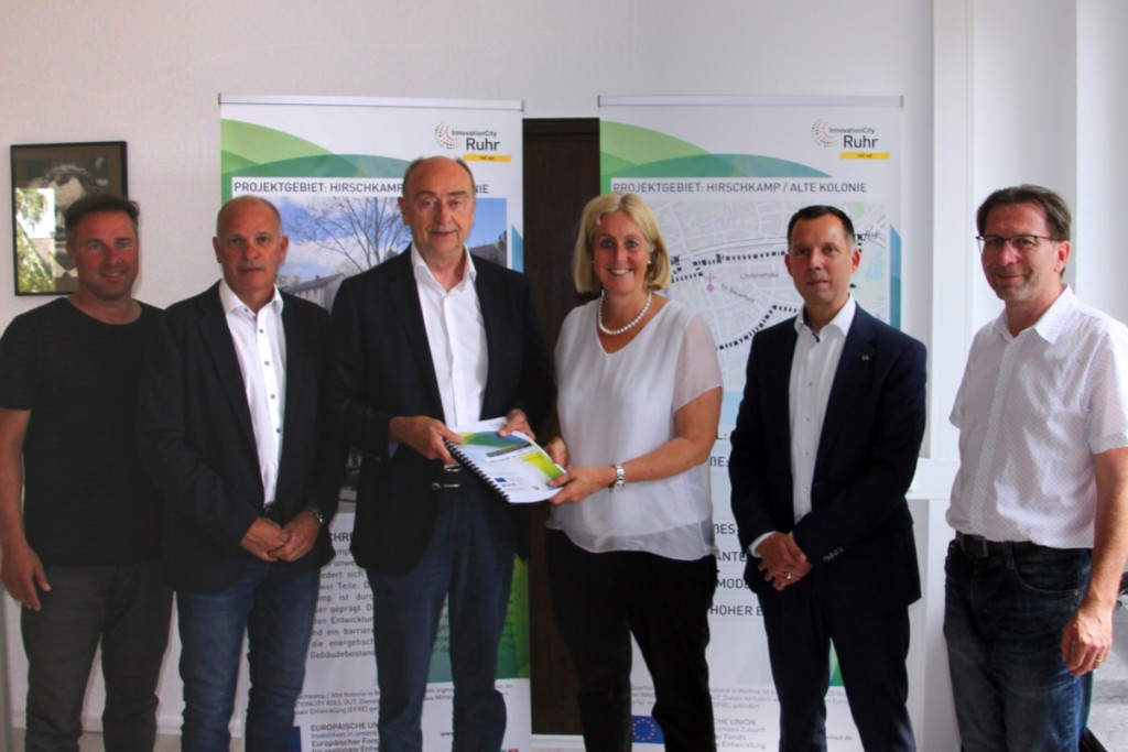 ICM-Geschäftsführer Burkhard Drescher übergab das Konzept an Bürgermeisterin Nicole Moenikes