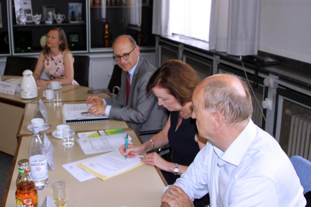 Unterzeichnung der Zielvereibarung durch Bürgermeisterin Sonja Leidemann