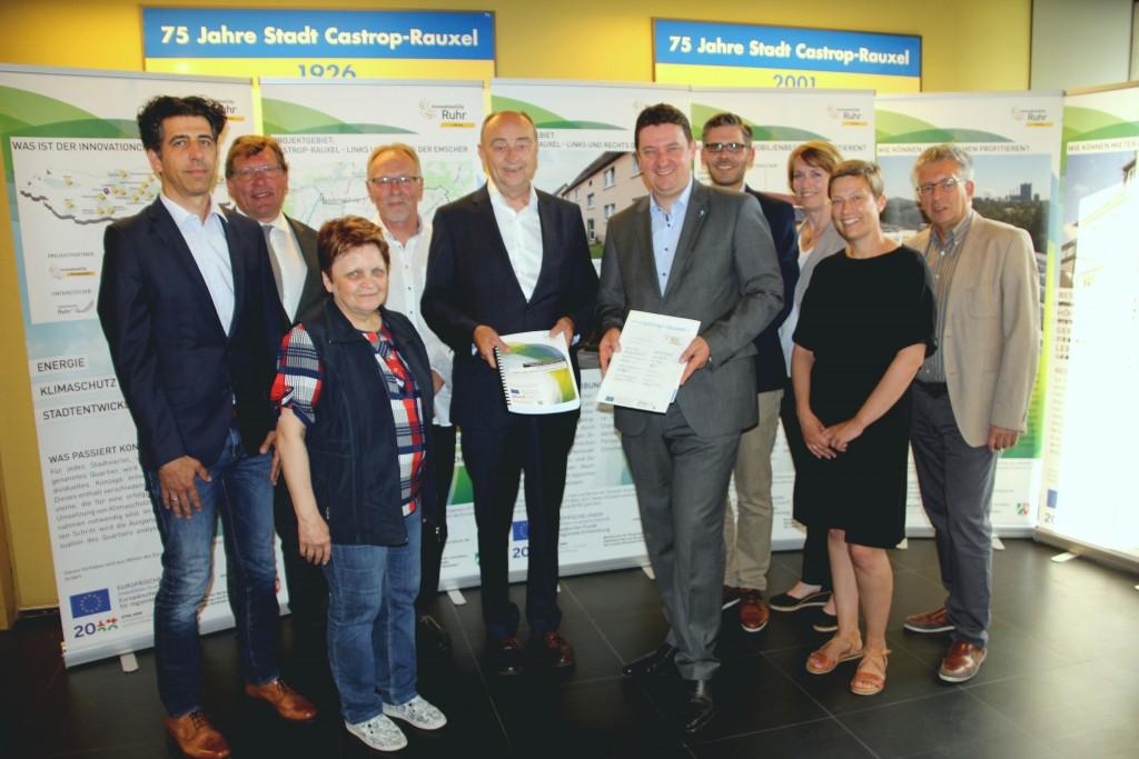 ICM-Geschäftsführer Burkhard Drescher übergab das Konzept an Bürgermeister Rajko Kravanja