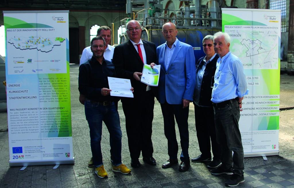 ICM-Geschäftsführer Burkhard Drescher übergab das Konzept an Oberbürgermeister Thomas Hunsteger-Petermann
